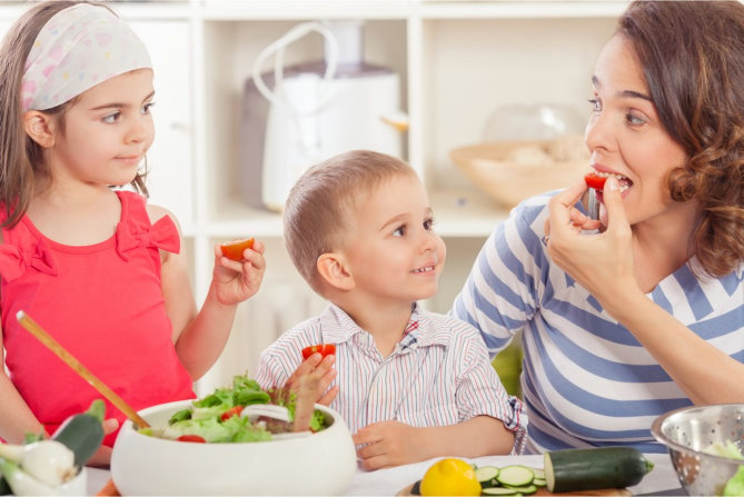 should-parents-let-their-child-play-with-their-food
